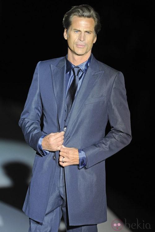 Mark Vanderloo con traje azulado de Roberto Verino en la Fashion Week Madrid 2012