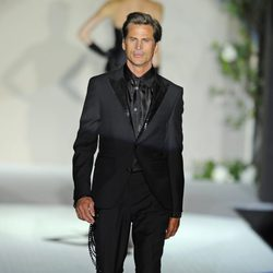 Mark Vanderloo con traje negro de Roberto Verino en la Fashion Week Madrid 2012