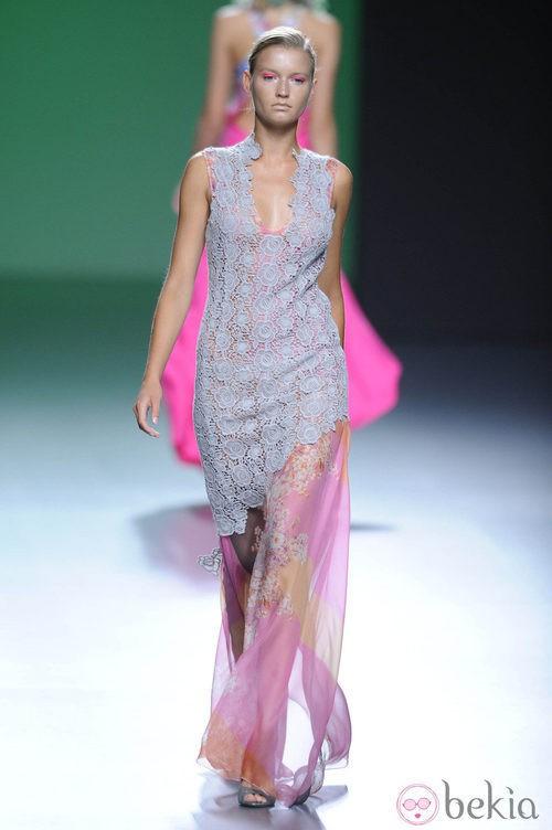 Vestido bordado de corte inclinado y gasa rosa hasta el suelo en la colección primavera/verano 2013 de Devota&Lomba