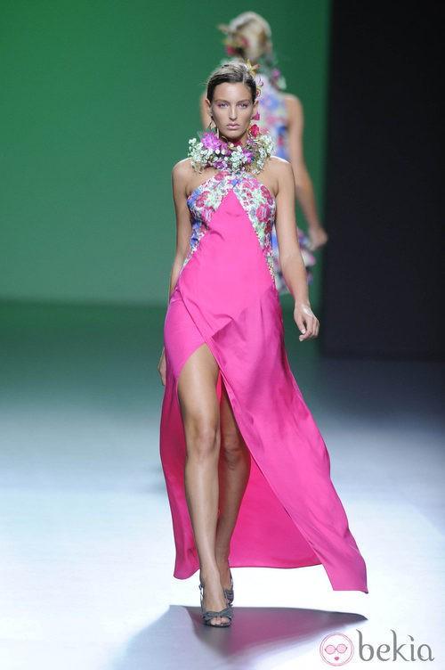 Vestido rosa fucsia atado al cuello y collar de flores en la colección primavera/verano 2013 de Devota&Lomba
