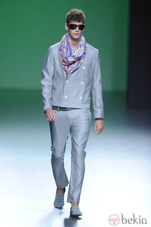 Traje gris plata con fular de flores en la colección primavera/verano 2013 de Devota&Lomba