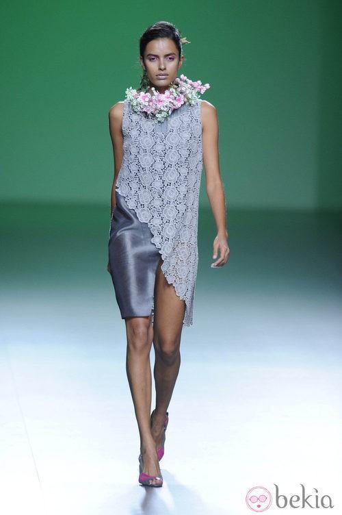 Vestido gris plata de corte inclinado en la colección primavera/verano 2013 de Devota&Lomba