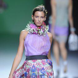 Falda de vuelo estampada y blusa morada en la colección primavera/verano 2013 de Devota&Lomba