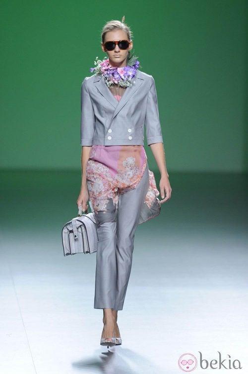Traje femenino gris metálico y gafas de sol en la colección primavera/verano 2013 de Devota&Lomba