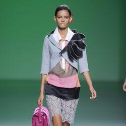 Bolso maletín rosa fucsia a juego con las sandalias en la colección primavera/verano 2013 de Devota&Lomba