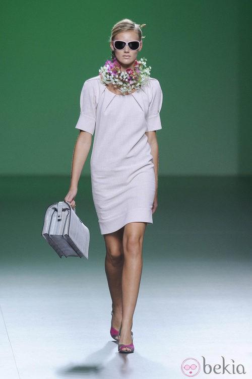 Vestido rosa palo con gafas de sol y collar de flores en la colección primavera/verano 2013 de Devota&Lomba