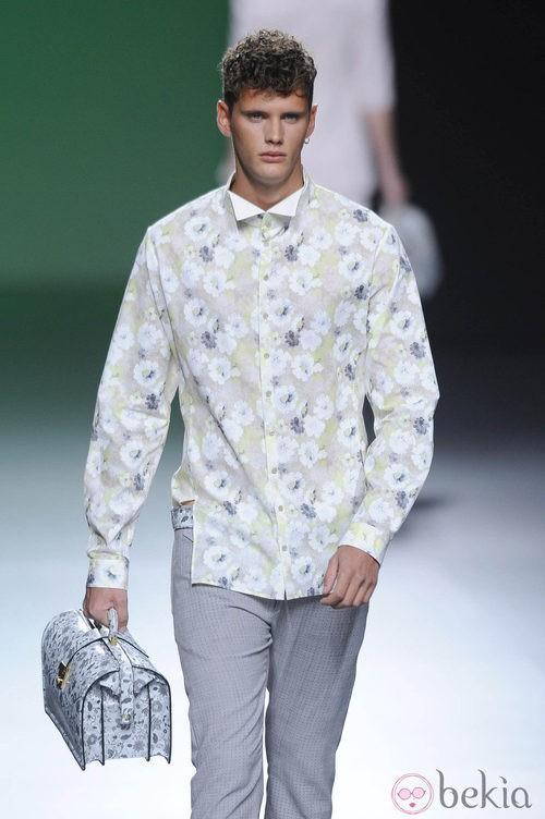 Pantalón gris y camisa de flores en tonos claros en la colección primavera/verano 2013 de Devota&Lomba