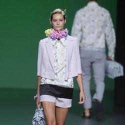 Pantalón corto, blusa de flores y chaqueta rosa palo en la colección primavera/verano 2013 de Devota&Lomba