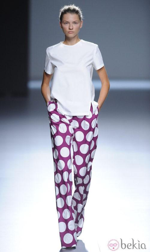 Pantalón morado con lunares blancos y blusa blanca de la colección primavera/verano 2013 de Ángel Schlesser