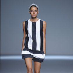 Peto de pantalón corto a rayas blanco y negro de la colección primavera/verano 2013 de Ángel Schlesser