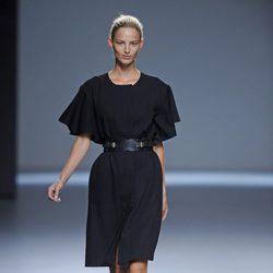 Vestido negro liso con un cinturón de la colección primavera/verano 2013 de Ángel Schlesser