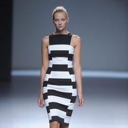 Vestido a rayas blanco y negro con escote en negro de la colección primavera/verano 2013 de Ángel Schlesser