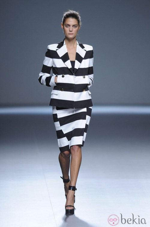Falda y chaqueta a rayas blanco y negro de la colección primavera/verano 2013 de Ángel Schlesser