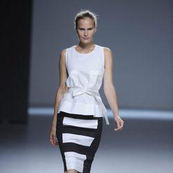 Falda a rayas blanco y negro y blusa blanca de tirantes de la colección primavera/verano 2013 de Ángel Schlesser