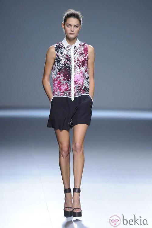 Peto de pantalón corto negro combinado con fucsia y blancos de la colección primavera/verano 2013 de Ángel Schlesser