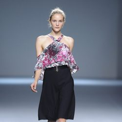 Falda negra y blusa estampada de hombros caídos de la colección primavera/verano 2013 de Ángel Schlesser
