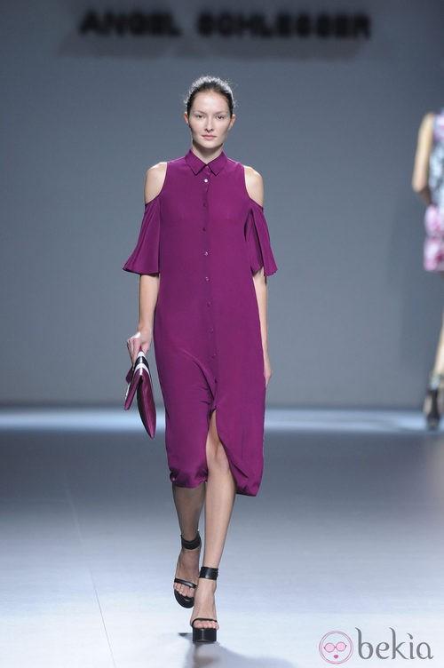 Vestido violeta de botones centrales y hombros al descubierto de la colección primavera/verano 2013 de Ángel Schlesser