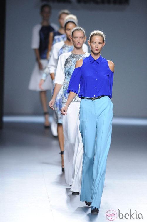 Modelos desfilando la colección primavera/verano 2013 de Ángel Schlesser