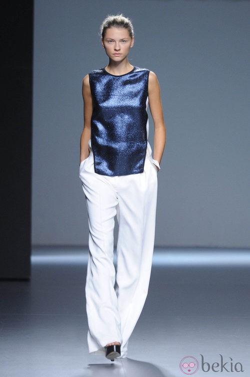 Pantalón blanco y camiseta azul brillante de la colección primavera/verano 2013 de Ángel Schlesser