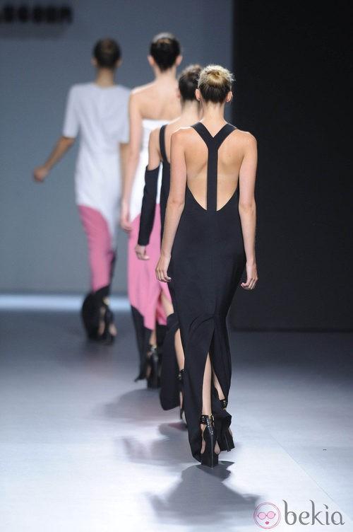 Vestido negro con escote en la espalda de la colección primavera/verano 2013 de Ángel Schlesser