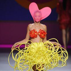 Falda amarilla simulando cables superpuestos  de la colección primavera/verano 2013 de Ágatha Ruíz de la Prada
