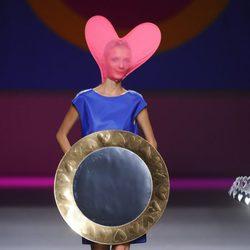 Vestido corto azul con enorme círculo de la colección primavera/verano 2013 de Ágatha Ruíz de la Prada