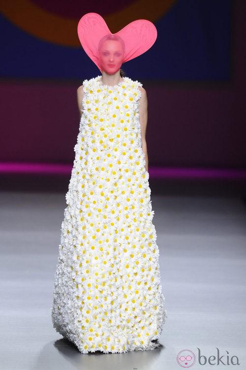 Vestido largo de margaritas de la colección primavera/verano 2013 de Ágatha Ruíz de la Prada