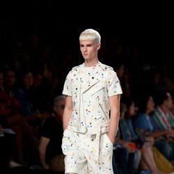 Traje blanco salpicado de colores y cremalleras de la colección primavera/verano de David Delfín
