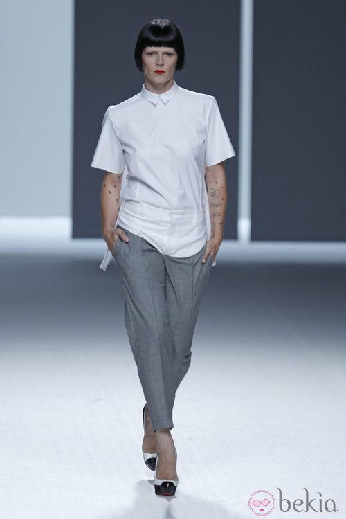Bimba Bosé con pantalón gris y camisa blanca de la colección primavera/verano de David Delfín