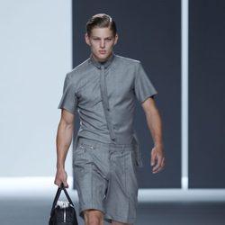 Bermudas camisa grises y corbata slim de la colección primavera/verano de David Delfín