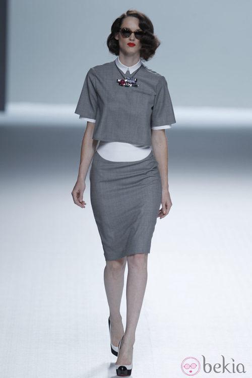 Falda de tubo gris y gafas de sol de la colección primavera/verano de David Delfín