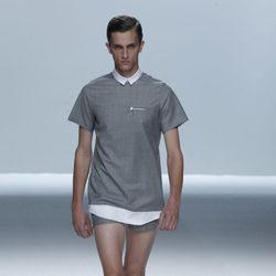 Chico con short y camisa gris de cuellos blancos de la colección primavera/verano de David Delfín