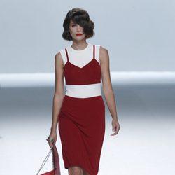 Vestido rojo y blanco con bolsos de cartera de la colección primavera/verano de David Delfín