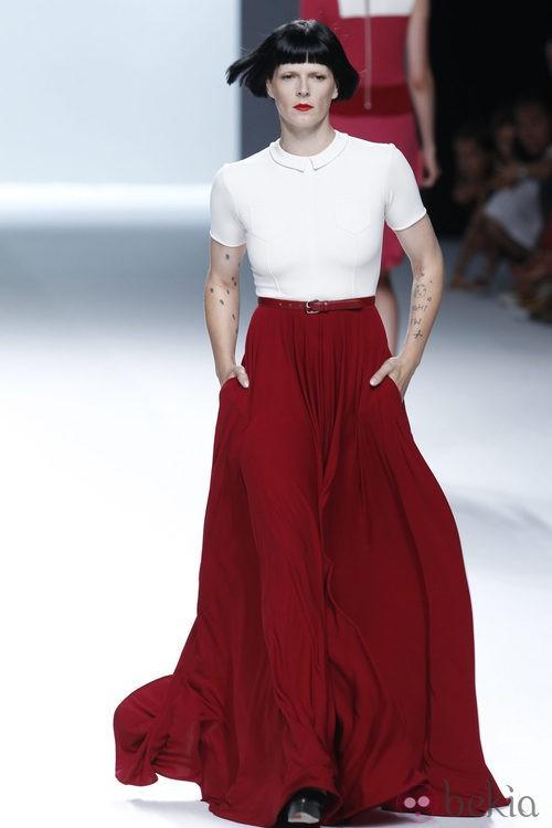 Bimba Bosé con falda larga roja y blusa blanca de la colección primavera/verano de David Delfín