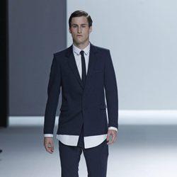 Traje negro y camisa blanca con corbata slim de la colección primavera/verano de David Delfín