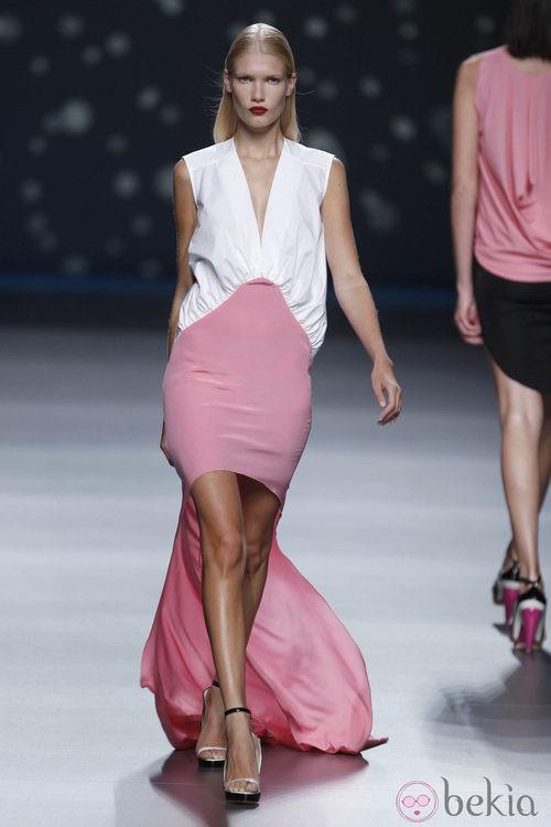 Vestido bicolor con falda irregular extralarga de la colección primavera-verano 2013 de Amaya Arzuaga