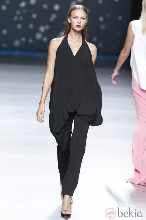 Traje negro de pantalón largo y camisa abombada de la colección primavera-verano 2013 de Amaya Arzuaga