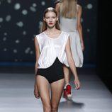 Fusión de body negro con blusa blanca de la colección primavera-verano 2013 de Amaya Arzuaga