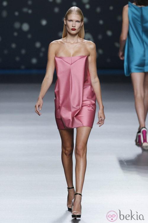 Vestido corto de seda rosa claro de la colección primavera-verano 2013 de Amaya Arzuaga