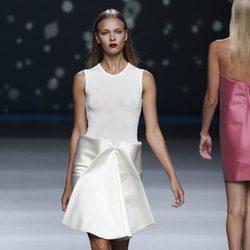 Falda blanca con pliegue delantero de la colección primavera-verano 2013 de Amaya Arzuaga