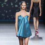 Vestido corto azul de pliegues de la colección primavera-verano 2013 de Amaya Arzuaga