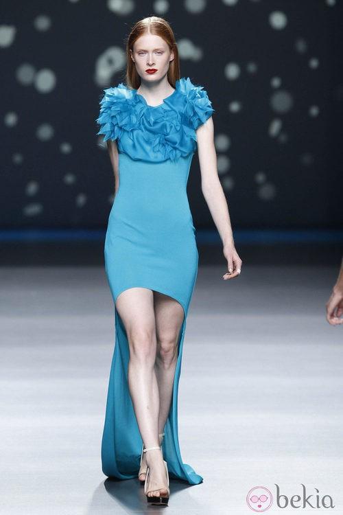 Vestido azul con cola larga y flores en el escote de la colección primavera-verano 2013 de Amaya Arzuaga