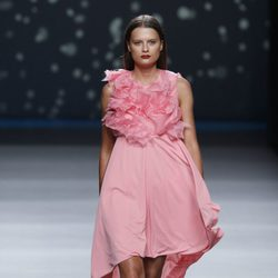 Vestido rosa con cola larga y flores en el escote de la colección primavera-verano 2013 de Amaya Arzuaga