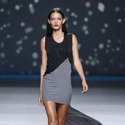 Vestido gris y negro con cola larga de la colección primavera-verano 2013 de Amaya Arzuaga
