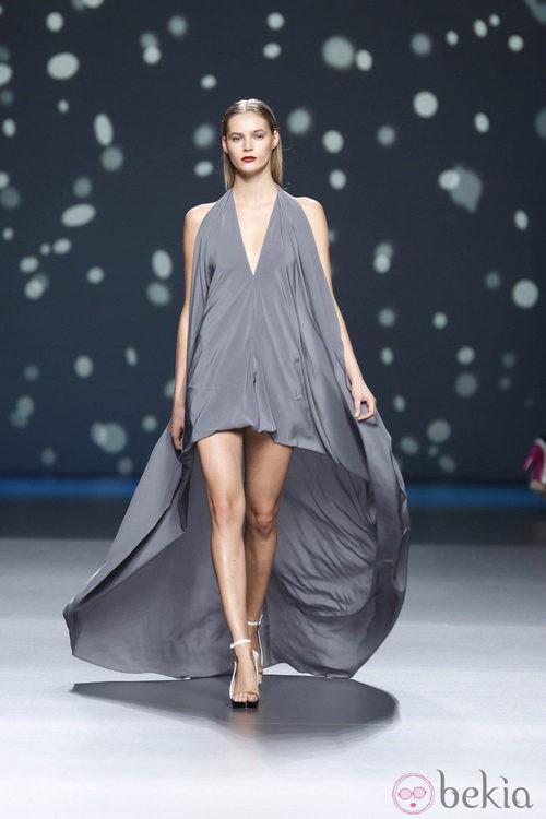 Vestido gris abombado con cola larga de la colección primavera-verano 2013 de Amaya Arzuaga