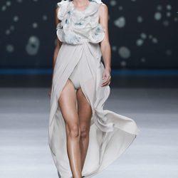 Amaya Arzuaga: colección AA con vestidos de cola y minifaldas