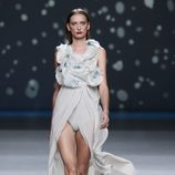 Tunica blanca sobre body con fruncidos de la colección primavera-verano 2013 de Amaya Arzuaga