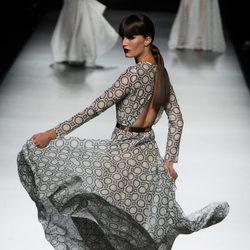 Vestido gris largo vaporoso con espalda descubierta de la colección primavera-verano 2013 de Juanjo Oliva