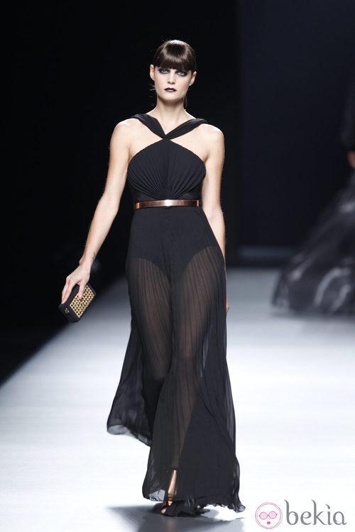 Vestido negro transparente con vuelo de la colección primavera-verano 2013 de Juanjo Oliva