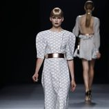 Vestido estampado de formas geométricas con hombreras de la colección primavera-verano 2013 de Juanjo Oliva